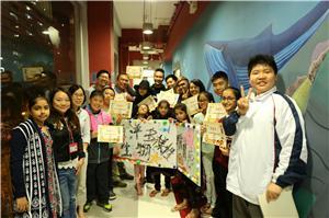一眾嘉賓和參與教育廊壁畫創作的 兒童及青少年進行啟動儀式。