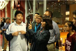 環境局政治助理區詠芷女士親身體驗教育廊的互動遊戲。