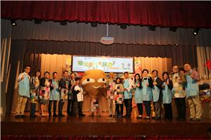環境局局長黃錦星太平紳士(右九)、香港小童群益會助理總幹事(服務營運)林綺梅女士(右三)及一眾嘉賓與大嘥鬼合照,齊心支持綠色活動。