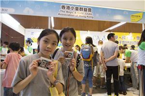 就讀小學五年級的藹萱(左)及沅晴(右),期望將來的新科技可惠及更多長者。