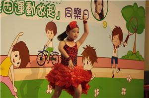 才藝比賽的金獎得獎小朋友表演拉丁舞,獲得全場熱烈掌聲。