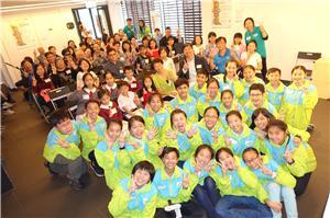 本會總幹事羅淑君太平紳士及助理總幹事黃貴有博士,所有得獎者及參加者與第八屆香港小特首大合照。