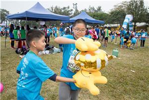 參加者戴上大型手套合力運送物件,模擬小肌肉及大肌肉發展較弱的學童平日遇到的困難。