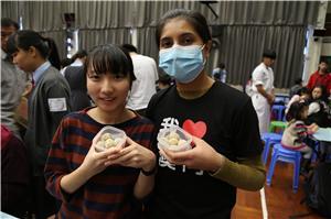 嘉琪(左)與瑪莉(右)共同製作蕃薯波波,爲區內獨居長者送上祝福。