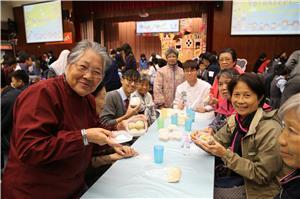 一眾長者與區內中學生及香港西廚學院學生一同參與健康食品製作。