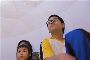 本年新增的360度投影技術,部分影片由參與活動的小朋友即場拍攝,小朋友透過欣賞自己第一份的作品學習需要改善的地方,然後可獲得第二次拍攝的機會。