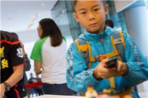 小朋友利用電視機的遙控器控制經程式編寫的遙控剷泥車,發現不同的科技亦可互相應用。