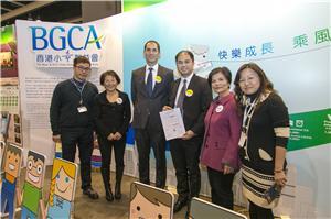 本會總幹事羅淑君太平紳士(左五)與雪佛龍香港有限公司 (加德士)企業代表於本會攤位前合照。