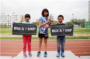 就讀小學二年級的駱泳芊(左一)最喜歡與中心朋友一起跑步,享受運動樂趣。