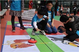 兒童投入攤位遊戲,體驗地壺球的樂趣。