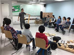 「學習展現日暨第二期STEM體驗日」設有工作坊,小朋友參與工作坊,並利用竹和木板拼砌電動車。