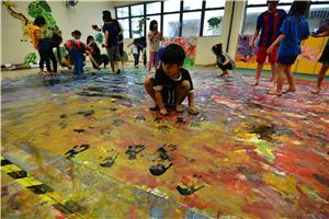 兒童在畫布上自由發揮創意和想像力,成為創意藝術家。
